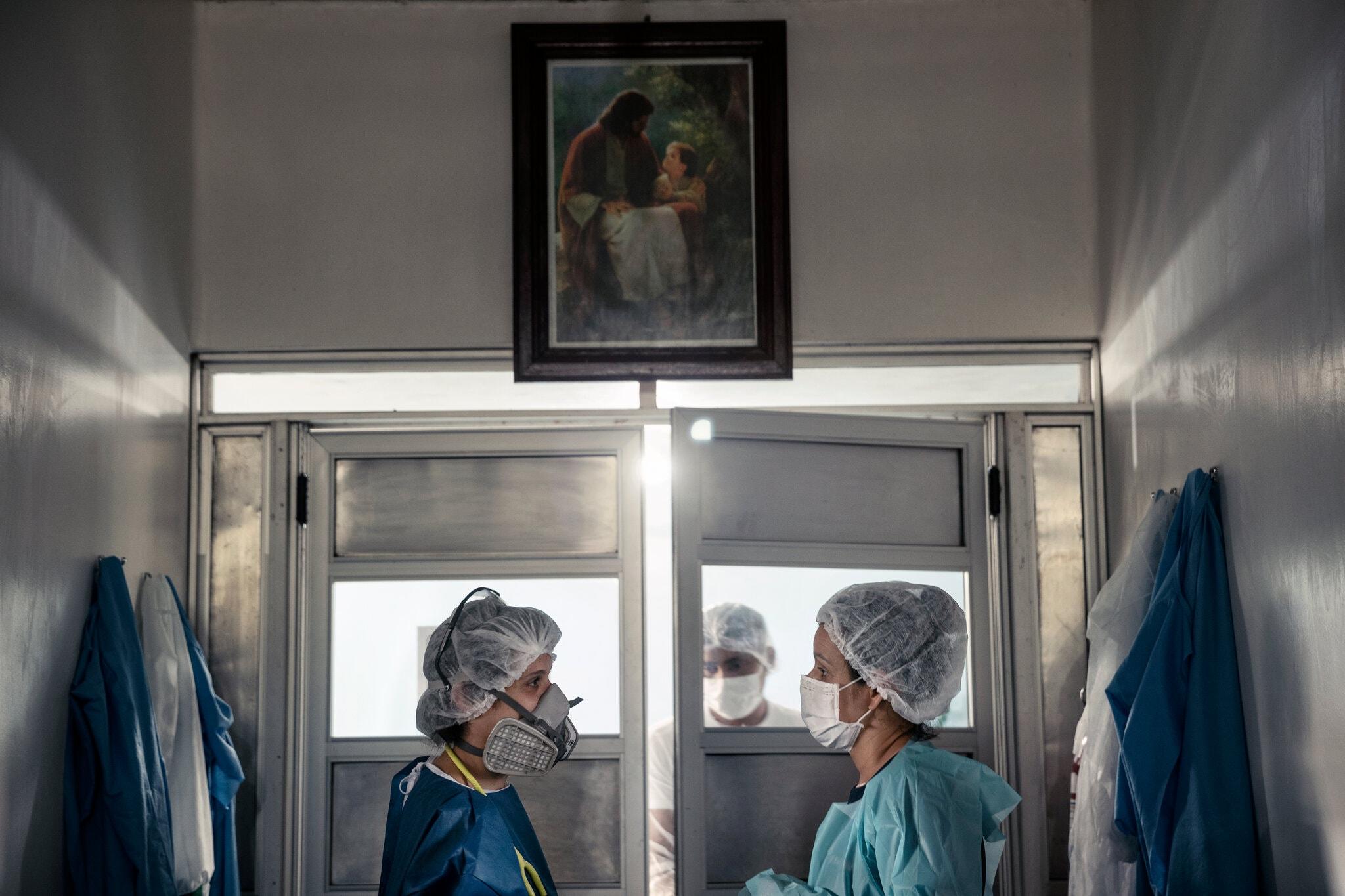 Trabajadoras de la salud conversan en el pasillo de un hospital en Tafé, un municipio remoto en la Amazonía de Brasil, que atiende a pacientes con la COVID-19
